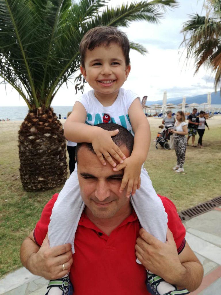 papa mit seinem sohn auf einem spaziergang - tipps für väter mit wickelrucksäcken