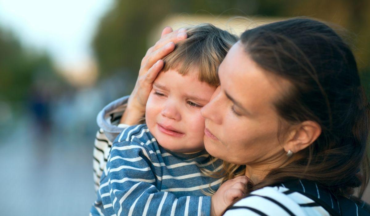 mama und baby draußen baby weint