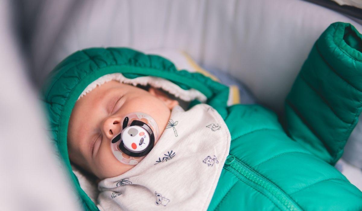 baby schläft draußen im kinderwagen im winter