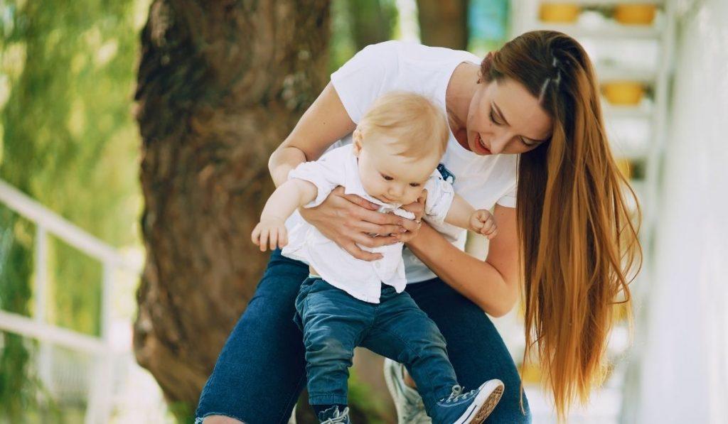mama mit baby beide mit jeans in dunkelblau