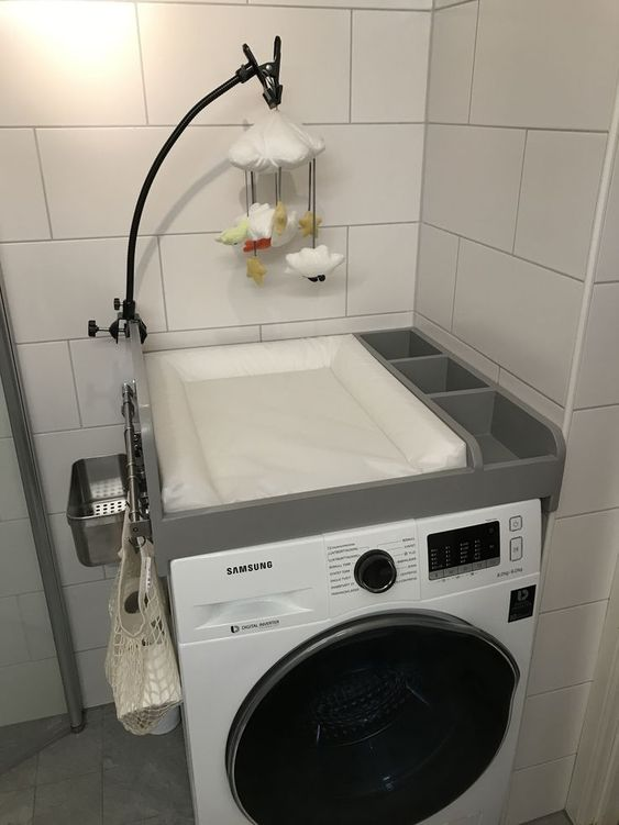 wickelaufsatz- wickeln auf der waschmaschine- mit baby mobile dekorieren