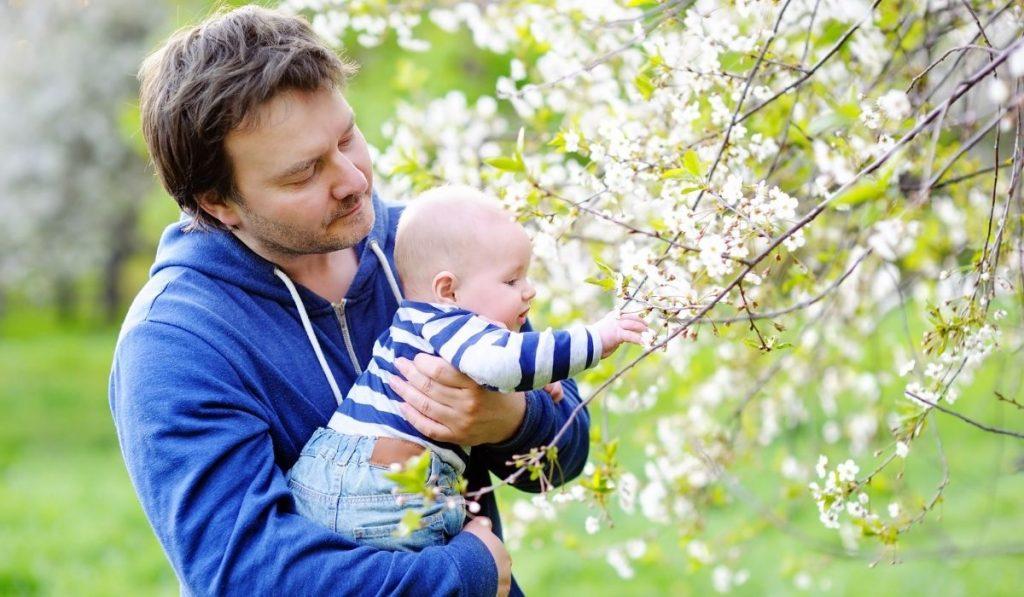baby und papa in blau angekleidet