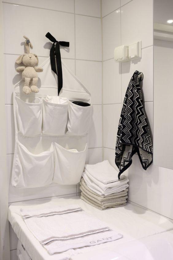 wunderschöne wickelstation im badezimmer, wickelaufsatz auf der waschmaschine