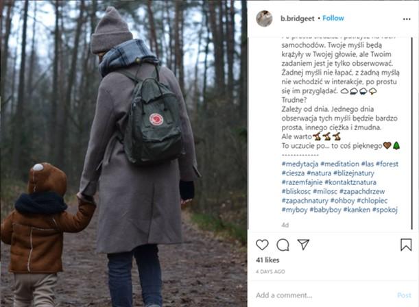 Fjällräven kanken als Wickelrucksack nutzen - Mutter und ihr Kleinkind machen Spaziergang