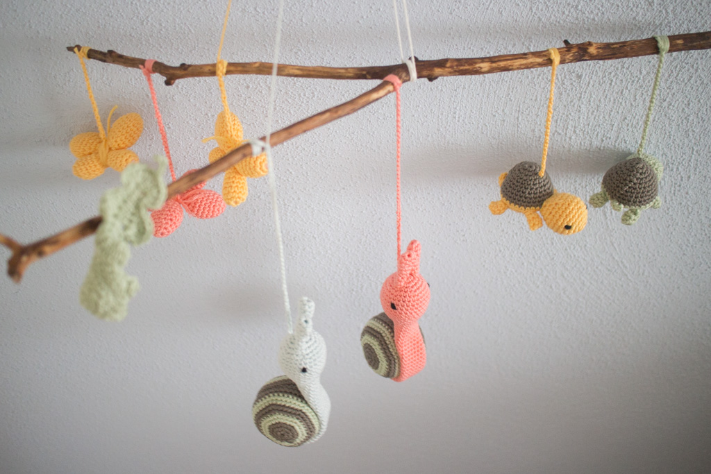 baby mobile selbst häkeln mit anleitung - süße tiere wie schnecke, schildkröte, schmetterling basteln