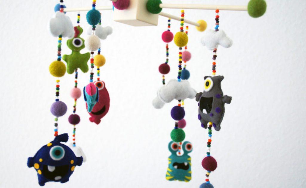 mobile fürs baby diy idee - filz monster mit kugeln, wolken, sternchen