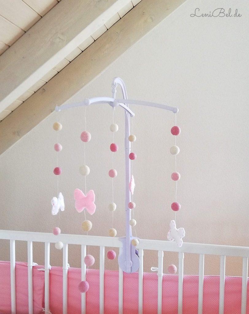rosige filz schmetterlinge selber machen - baby mobile diy idee fürs babyzimmer