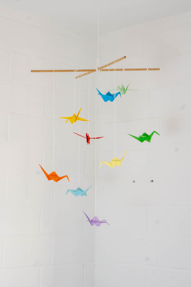 schöne bunte papier kraniche selber machen - diy idee mit anleitung fürs baby mobile