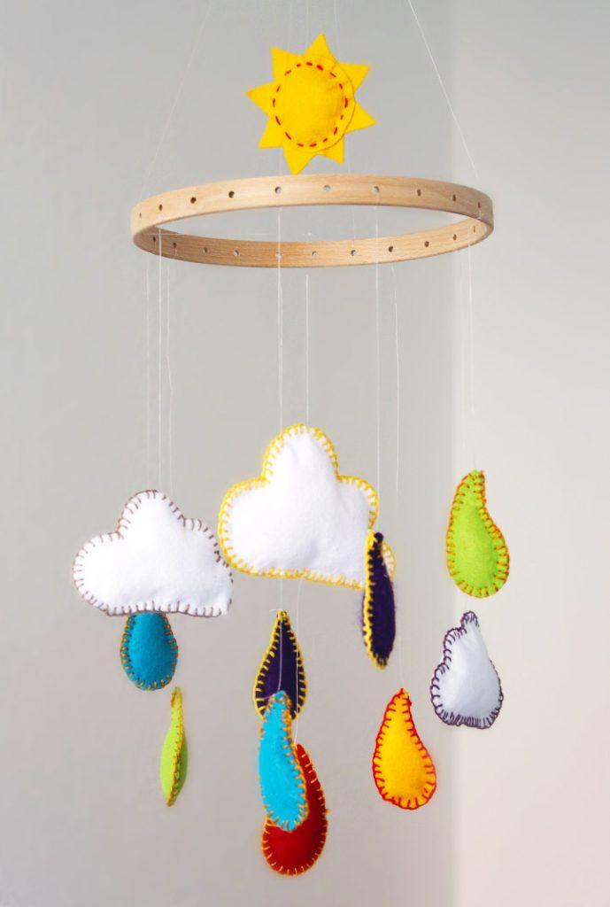 baby mobile selber machen - für wickelplatz und baby bettchen - regenbogen aus filz nähen