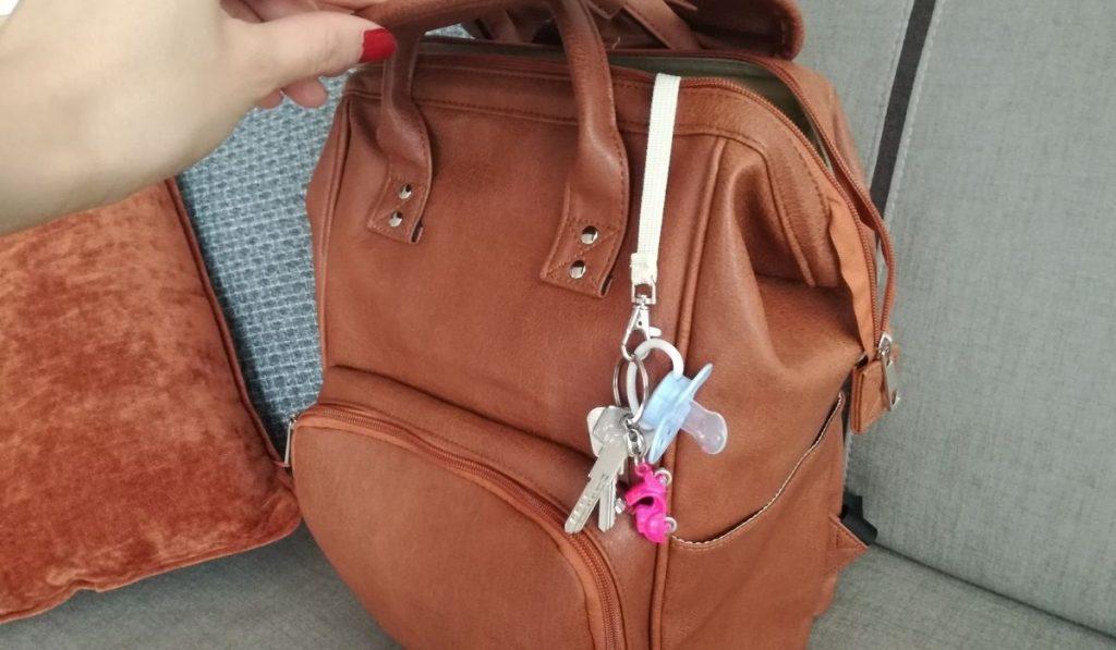 schnuller und schlüssel hängen - getestete wickeltasche aus vegan leder in braun